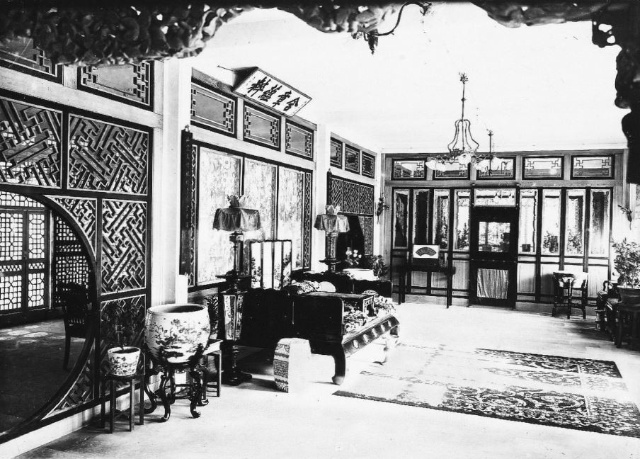 367. — Pékin. Intérieur de riche maison chinoise. Salon privé.