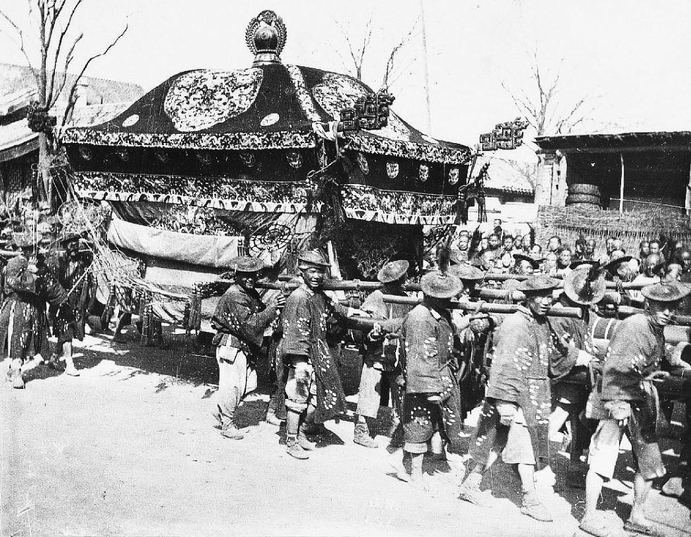 299. — Pékin. Un enterrement avec 90 porteurs dans une rue de Pékin.