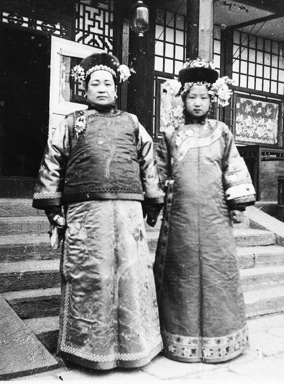 267. — Femmes tartares, la mère et la fille, en costume et coiffure d'hiver.