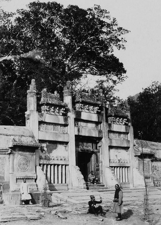 210. — Environs de Pékin. Portique à l'intérieur d'un cimetière de princes et de princesses à Loung-men-t'sen.
