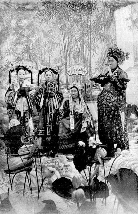 L'impératrice douairière et le Grand eunuque Li Lien-yin.