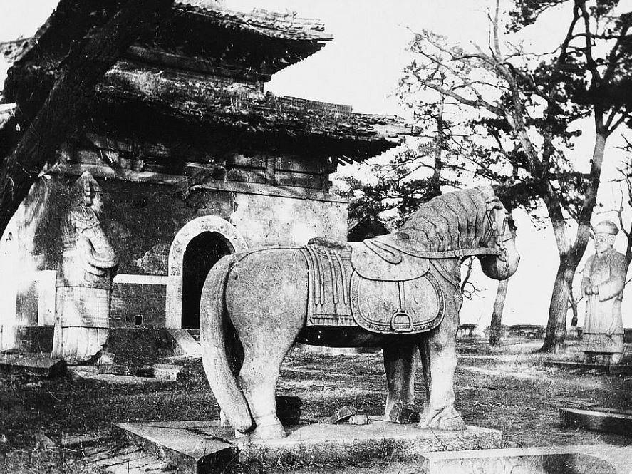 100. — Environs de Pékin. Tombeau d'une princesse. Statue monolithe en marbre. Le cheval.