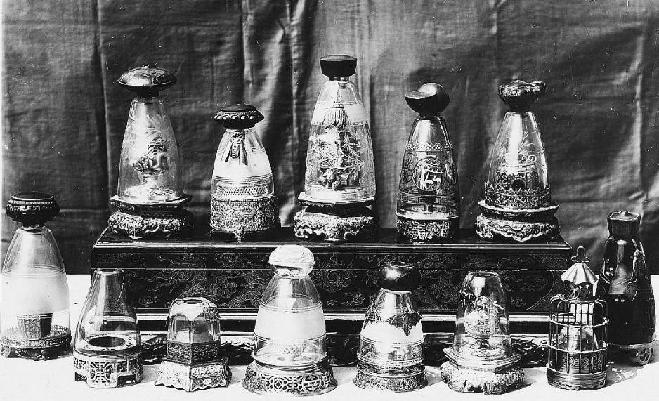 314. — Collection de belles lampes à opium, dont quelques-unes en argent.