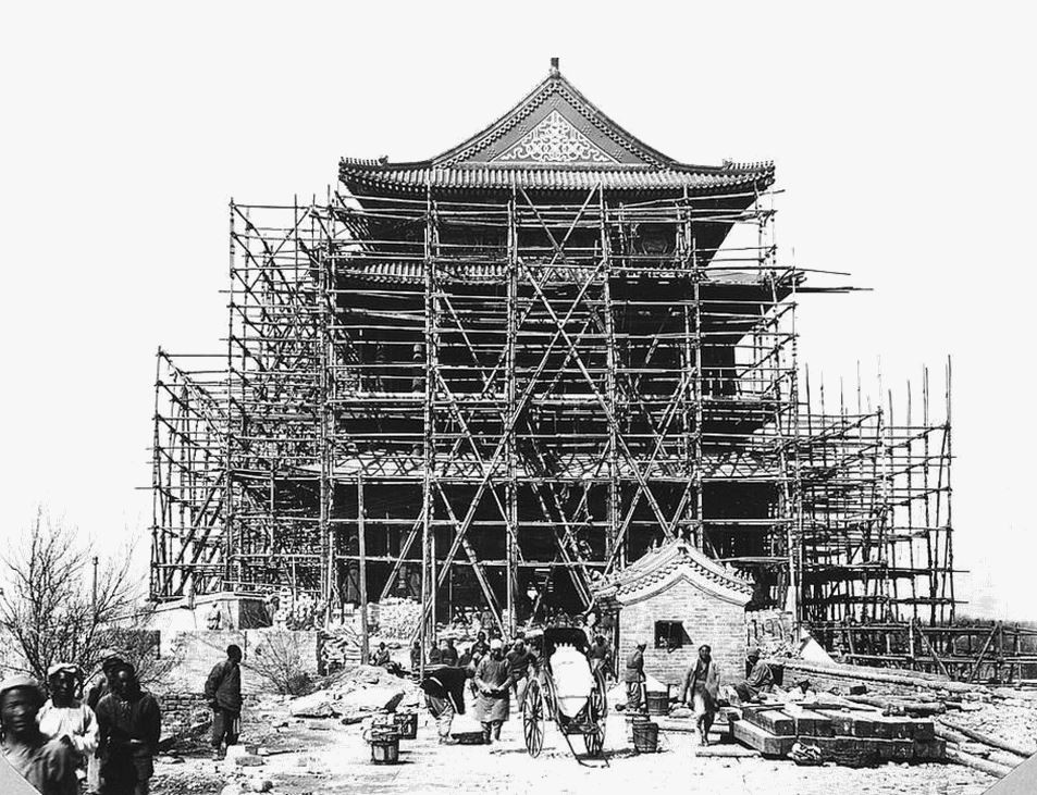 376. — Pékin. Monument en construction sur la porte Tsien-men. Échafaudage en bambous exclusivement.
