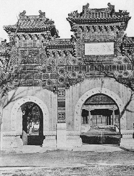Temple de Confucius à Pékin. Émile BARD (18xx-) : Les Chinois chez eux. Armand Colin, Paris, 1899.