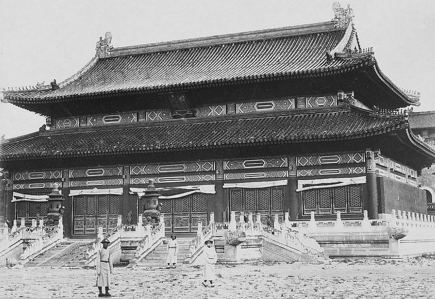 78. — Tombes impériales de Si-ling. La principale construction au tombeau de l'Empereur Young-tcheng.