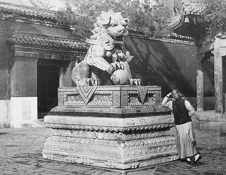 108. — Temple des lamas. Dragon et socle en bronze sur piédestal de marbre sculpté devant l'entrée d'un temple.
