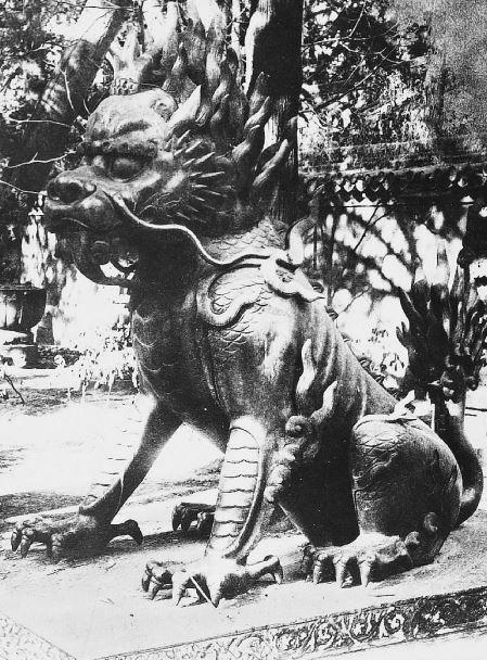 13. — Pékin. Palais impérial. Lion en bronze devant l'un des palais de l'Empereur.