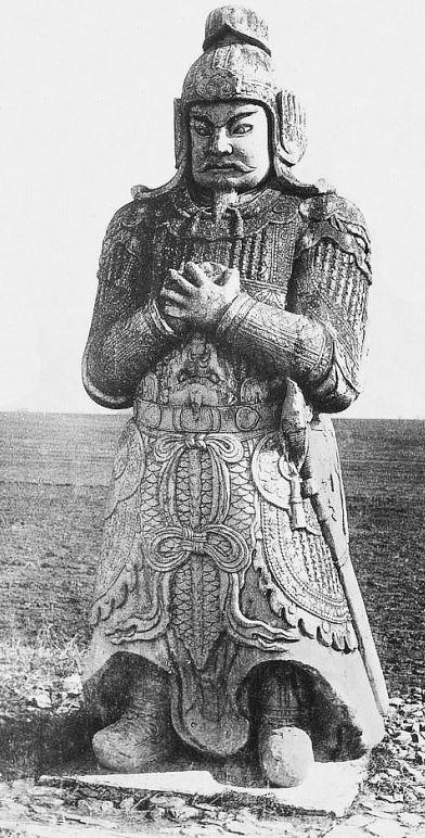 69. — Tombes impériales de Si-ling. Statue monolithe en marbre sur l'Avenue Sacrée. Un guerrier.