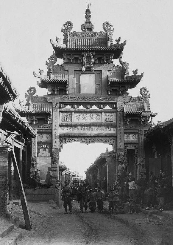 212. — Province du Cham-si. Portique dans une rue de village.