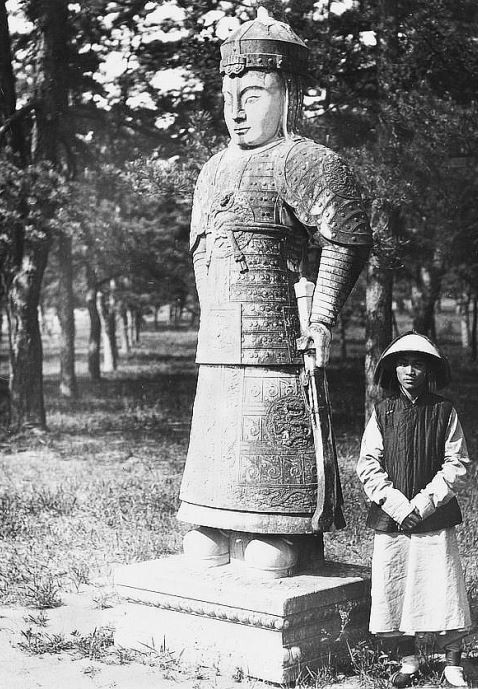 70. — Tombes impériales de Si-ling. Statue monolithe sur l'Avenue Sacrée. Un mandarin militaire.