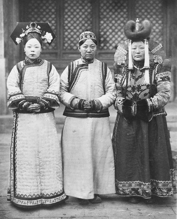 278. — Deux princesses mongoles dont l'une en vêtements d'intérieur. Une femme tartare.