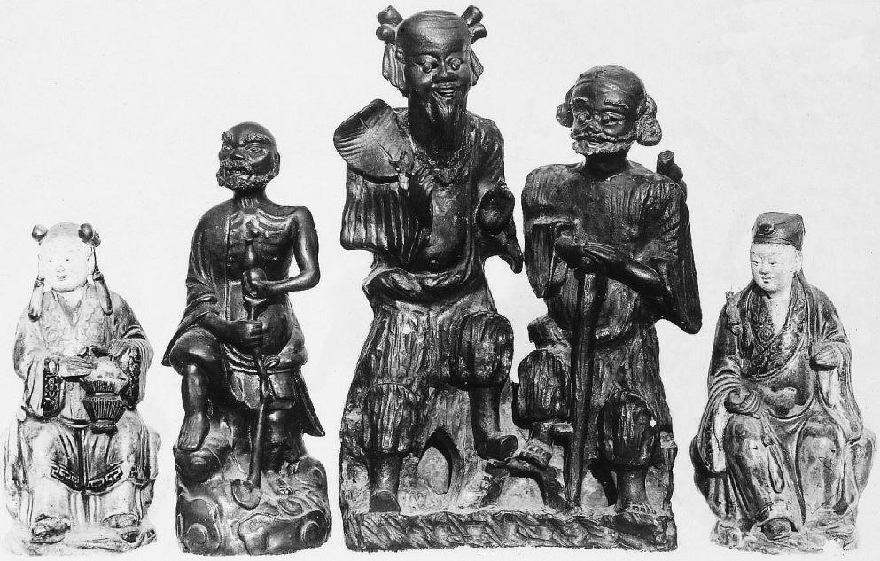 347. — Statuettes en porcelaine ancienne, règne de Young-tcheng.