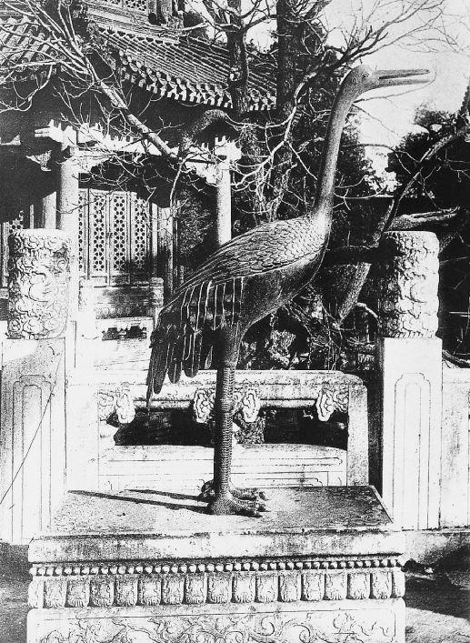 12. — Pékin. Palais impérial. Cigogne en bronze devant le palais Taï-ho-tien.