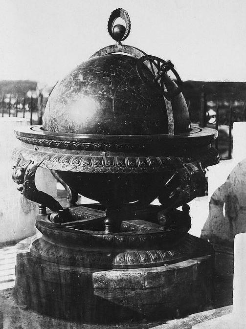 414. — Pékin, Observatoire. Grande sphère céleste de six pieds de diamètre. Le corps du globe est en fonte, très bien suspendu, et détermine facilement le mouvement circulaire.