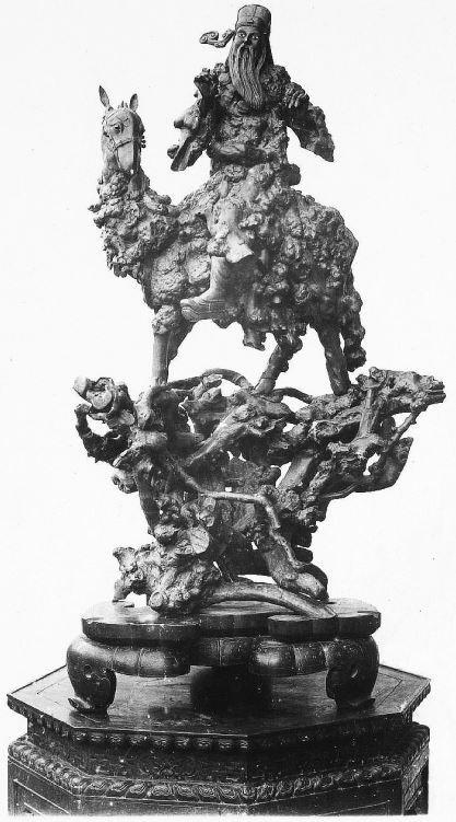 357. — Racine d'arbre sculptée. L'homme et le cheval sont d'une seule pièce.