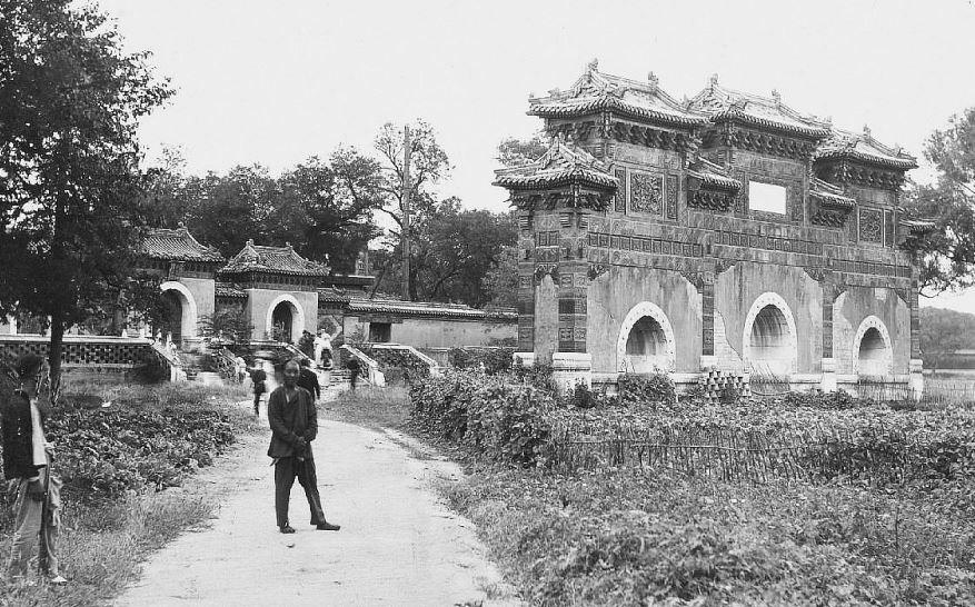 7. — Pékin. Palais impérial. Dans les jardins. Portique devant l'entrée des appartements privés de l'Empereur.