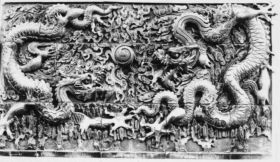 352. — Dessus d'une porte d'un temple des environs de Pao-Ting-Fou.