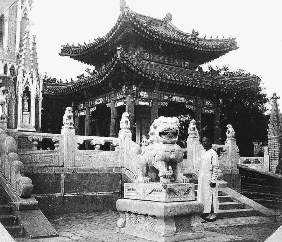 377. — Pékin. Pavillon impérial, tuiles jaunes, à côté de la cathédrale de Pé-Tang.