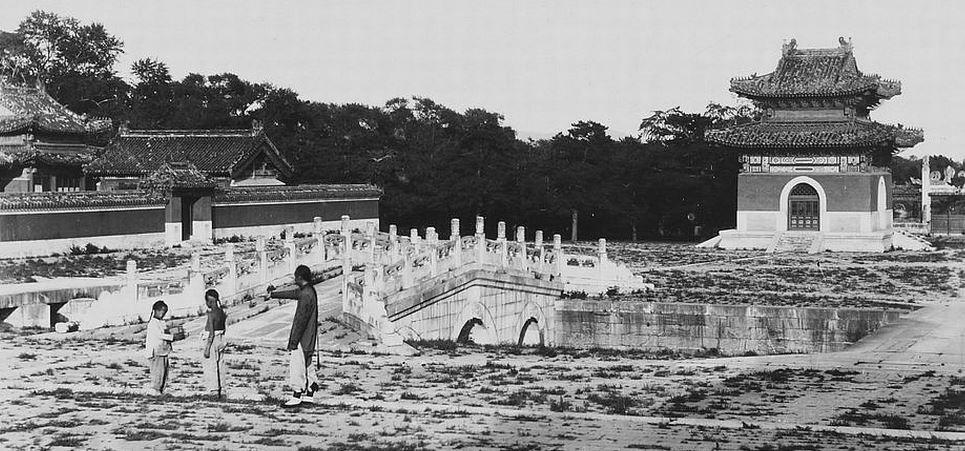 73. — Tombes impériales de Si-ling. Pont et pavillon sur l'Avenue Sacrée. À gauche un temple pour les sacrifices.