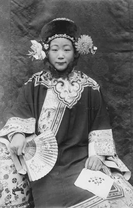 254. — Jeune femme mandchoue, en robe d'été et coiffure d'hiver.