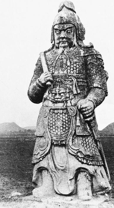"""93. — Tombeaux des Ming. Statue monolithe de mandarin civil. Elle est placée sur l'Avenue Sacrée """"Cheng-lou""""."""