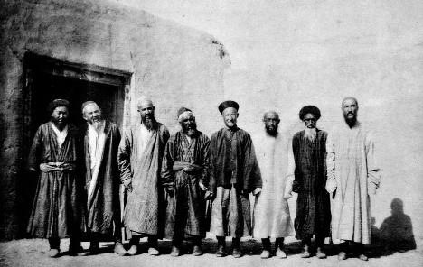 Notables musulmans du district de Kéria. Au milieu le bek de Tchakar, à sa gauche l'ichikagha bek de Kéria, à sa droite le mingbâchi de Polour.