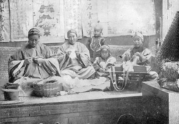 Femmes chinoises cousant et faisant de la dentelle