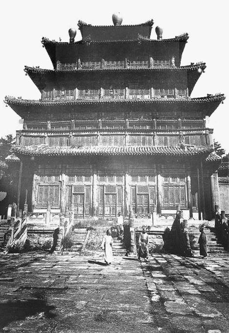 385. — Jehol. Monument grandiose dans un temple de lamas.