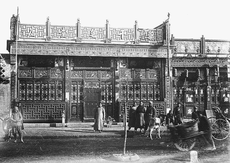 374. — Pékin. Façade d'une belle maison chinoise, rue Ha-ta-men, avec boiseries peintes en différentes couleurs.