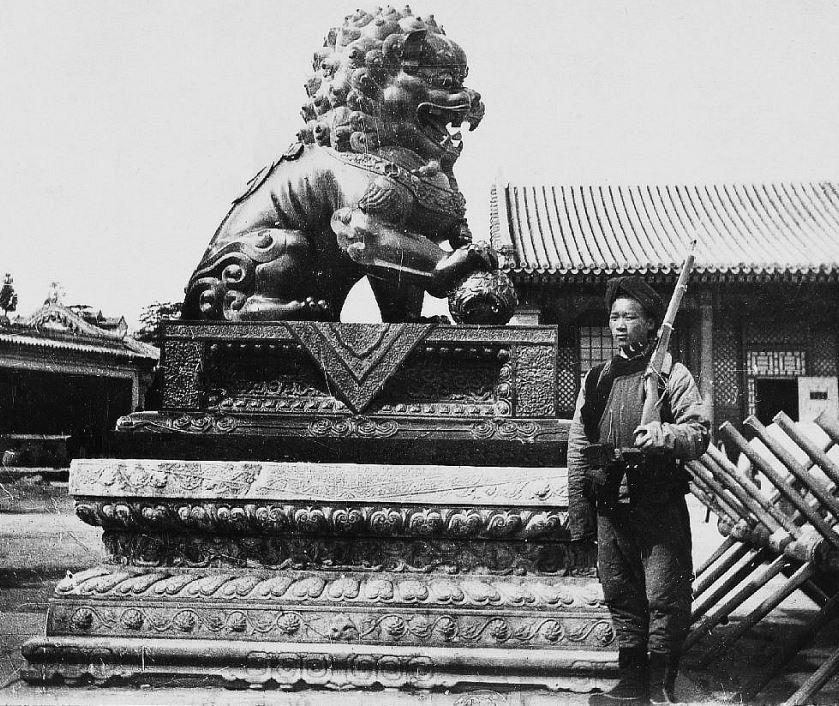 26. — Palais d'Été. Lion et socle en bronze sur piédestal en marbre à la porte d'entrée du palais d'Été. Factionnaire en armes.