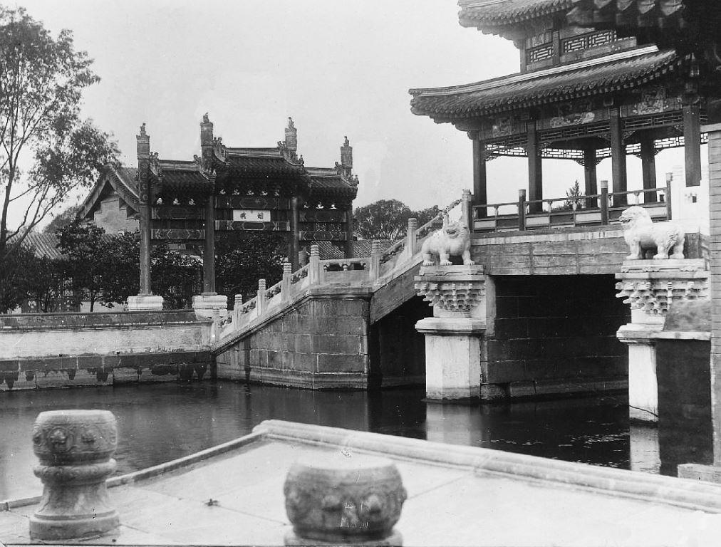 44. — Palais d'Été. Pavillon sur le pont qui donne accès à la jonque de marbre.