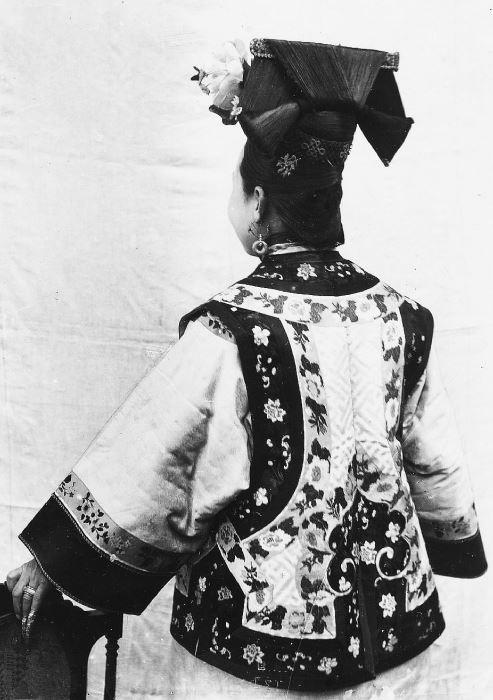 248. — Femme tartare, coiffure et vêtements d'été, vue de dos.