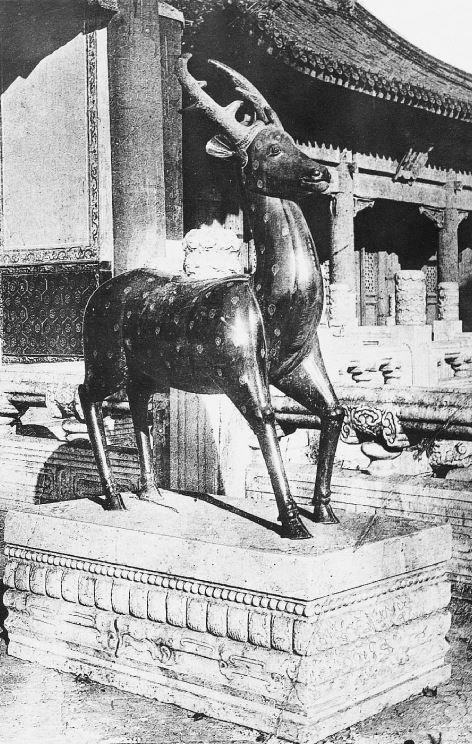11. — Pékin. Palais impérial. Gazelle en bronze devant le palais de l'Impératrice.