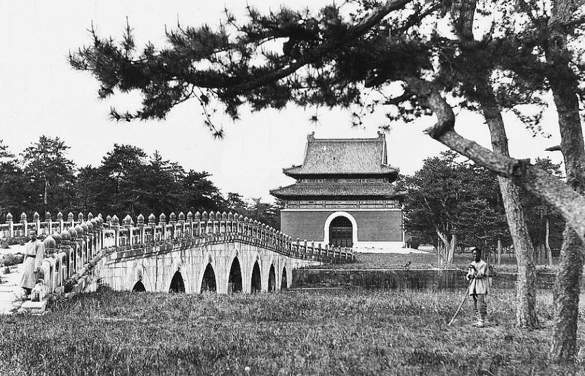 67. — Tombes impériales de Si-ling. Pont en marbre sur l'Avenue Sacrée. À l'extrémité un pavillon avec une stèle à l'intérieur.