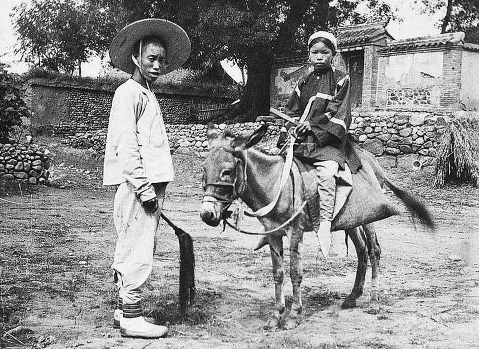 399. — Jeune Chinoise aux petits pieds en promenade à âne.