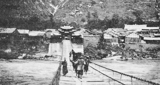 Le pont de Lou-ting-kiao. - Mission lyonnaise d'exploration commerciale en Chine, 1895-1897. Récits de voyages. —  A. Rey et Cie, imprimeurs-éditeurs, Lyon, 1898.