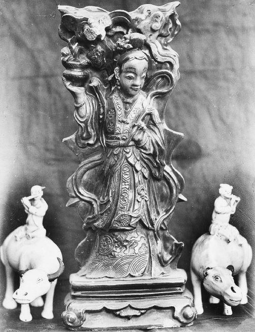 343. — Statuettes en porcelaine ancienne, époque des Ming.