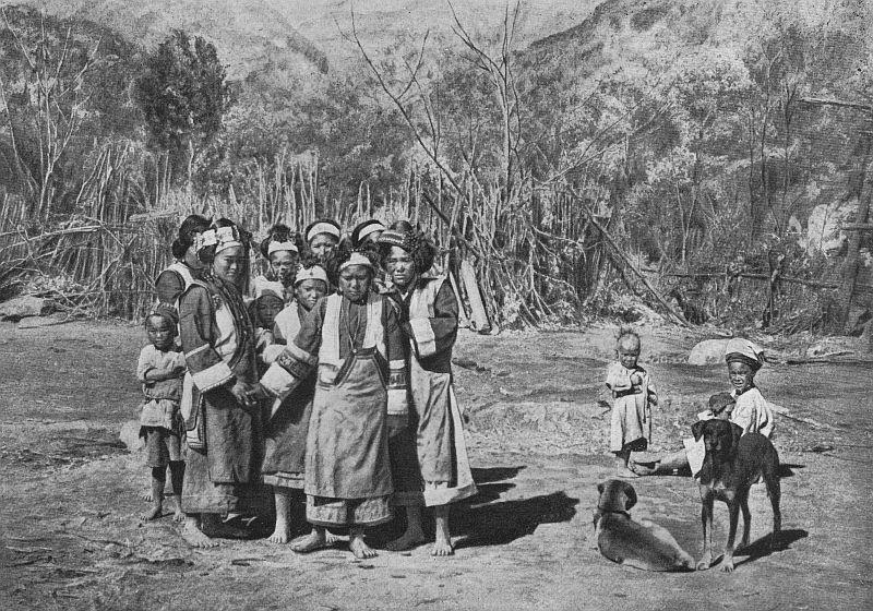 Groupe de femmes et d'enfants à Yang-Ling.