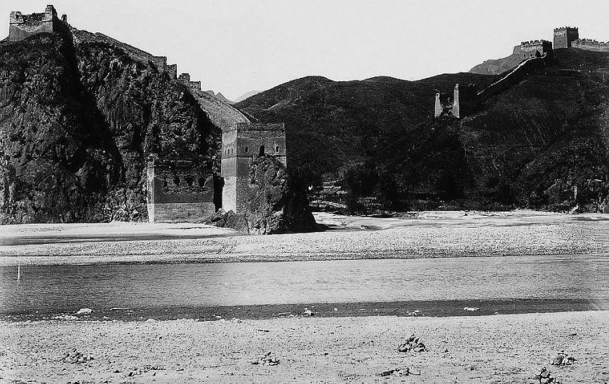 207. — La Grande muraille à Kou-pei-kou, rive droite du Tchao-ho.