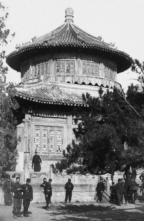 170. — Environs de Pékin. La tour de la grosse cloche, Ta-ts'oung-sen, date de Young-tcheng. 6 mètres de hauteur et 12 mètres de diamètre.