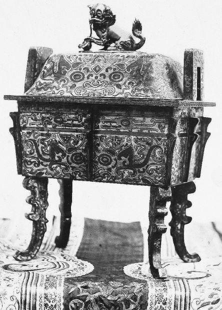 362. — Brûle-parfums en cloisonné de Pékin, époque de Kien-loung.