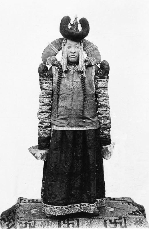 276. — Princesse mongole, costume de cérémonie, coiffure virginale, compliquée et coûteuse.