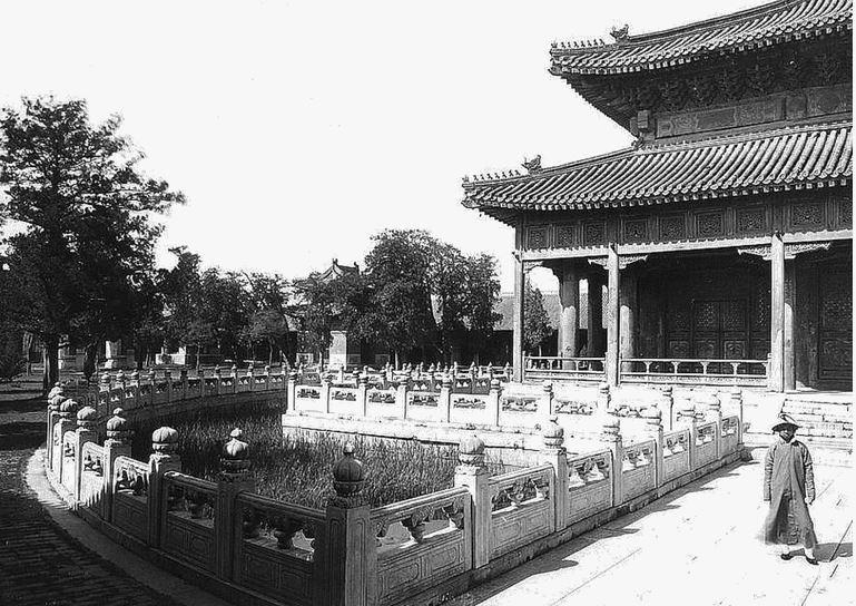 141. — Pékin. Temple de Confucius. Un coin du temple et une partie du fossé qui l'entoure.