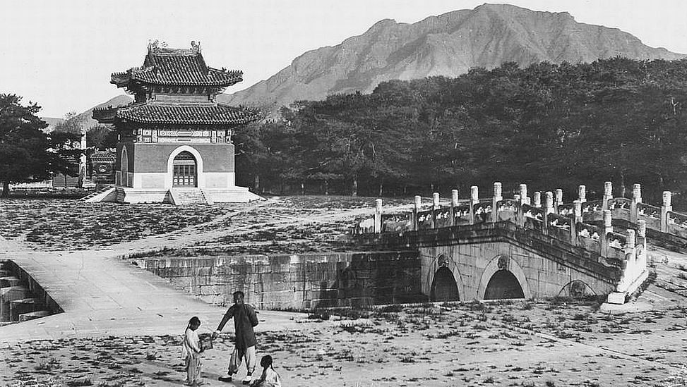 74. — Tombes impériales de Si-ling. Pont et pavillon sur l'Avenue Sacrée. Au deuxième plan forêt de cèdres et de mélèzes.