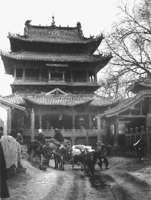 392. — Monument au-dessus de la porte d'une ville dans le Cham-si.