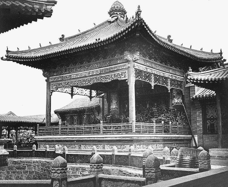 154. — Temple à Han-kéou. Pavillon construit près de l'entrée servant à des artistes de théâtre ou à des conférenciers.