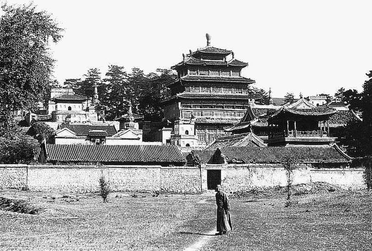 133. — Jéhol, nord-est de Pékin, région de Mongolie. Vue d'ensemble d'un temple de lamas.
