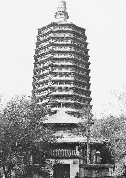 176. — Environs de Pékin. Tour à 13 étages du temple de Pao-kouo-sen.