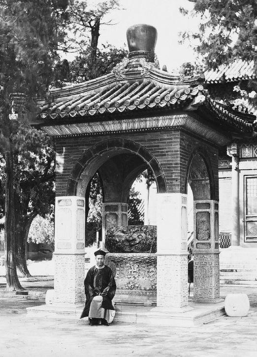 15. — Pékin. Palais impérial. Pavillon abritant une vasque en jade vert de grande valeur datant de l'Empereur Kien-loung.